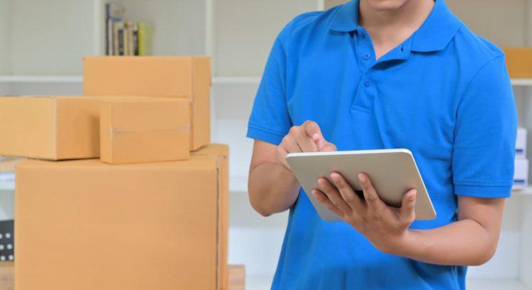 Lojista segurando um tablet e aprendendo a como fazer rastreamento de seus produtos