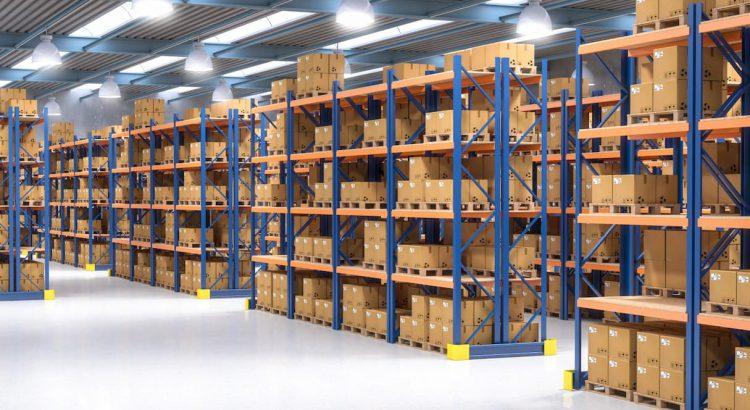 Um armazém grande de produtos, que está relacionado a importância do picking e packing