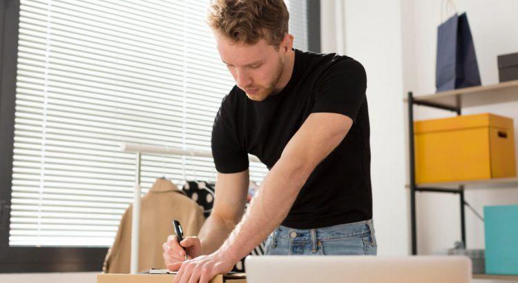 Homem lojista trabalhando com vendas online em seu escritório
