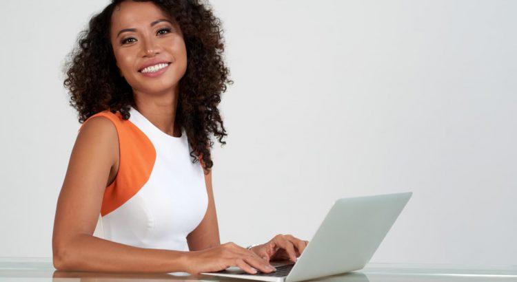 Mulher lojista em seu escritório trabalhando com marketing digital