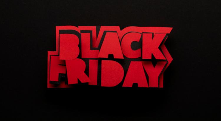 letras em 3d escrito black friday com letras vermelhas e fundo preto